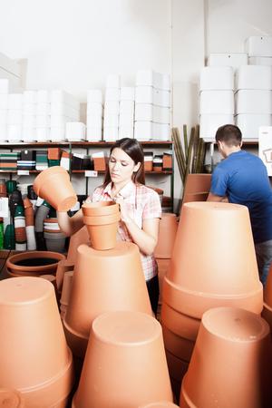 ollas de barro: Pareja elegir unas ollas de barro