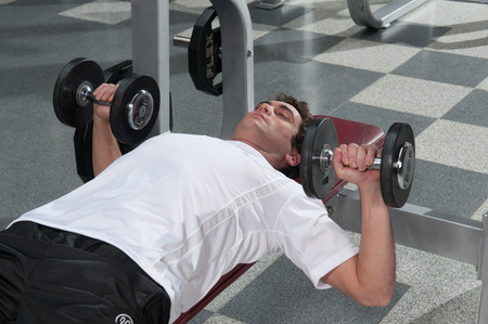levantando pesas: Hombre de levantamiento de pesas