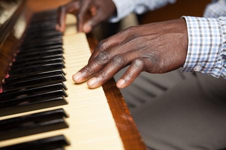 tocando piano: Hombre negro que juega el piano