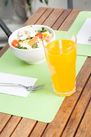 Juice and salad Banque d'images