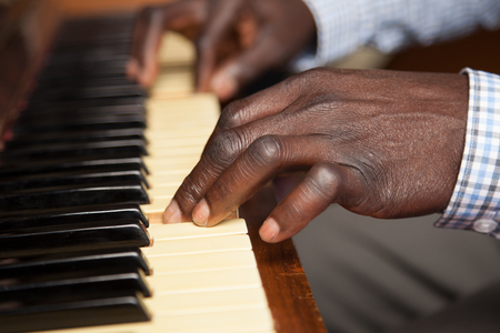 Black Man playing piano Banque d'images