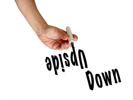 cabeza abajo: palabras al alza escritura de la mano hacia abajo al revés con marcador negro en la pizarra transparente