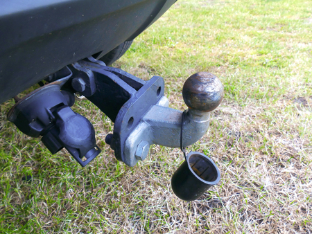 hitch: Trailer hitch ball and bar and plastic top
