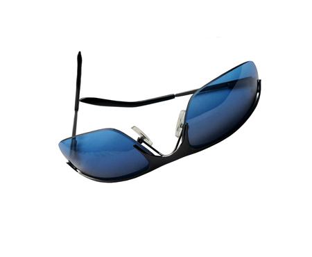 cabeza abajo: Gafas de sol azules boca abajo aislado en blanco