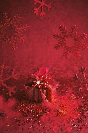 christmas deco: rojo presente contra deco rojo del fondo y de Navidad Foto de archivo