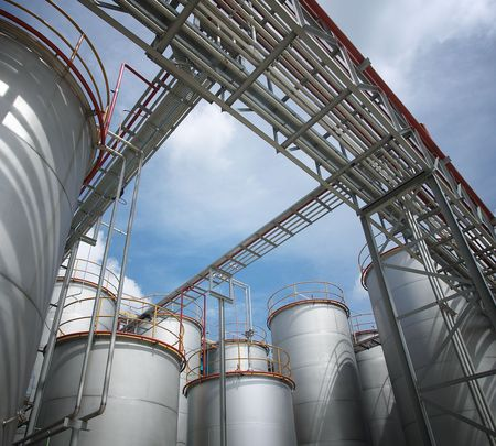 chemical plant: chemische installaties en opslag tanks, zonnige dag
