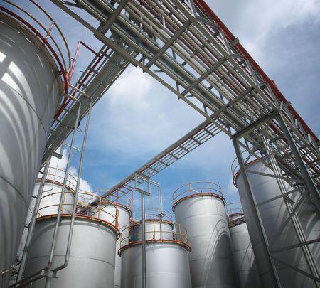 industria quimica: f�brica de productos qu�micos y tanques de almacenamiento, d�a soleado