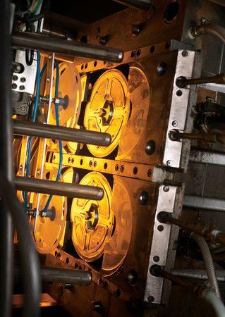 zastrzyk: Maszyna do obróbki tworzyw sztucznych wstrzyknięcia dramatyczne oświetlenie Zdjęcie Seryjne
