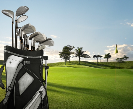 golf drapeau: �quipement de golf sur le vert et le trou comme arri�re-plan
