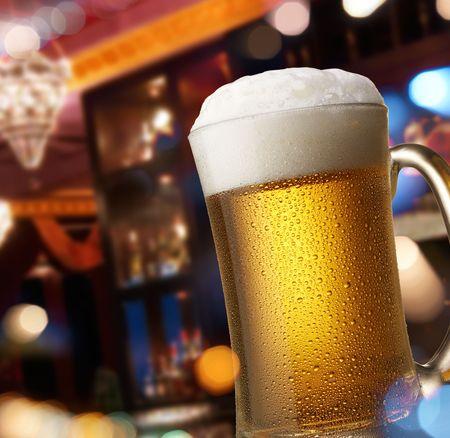 cerveza: publicaci�n vista interior a trav�s de la ventana con reflejo de luces de la calle