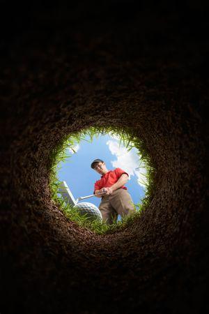 hole: Golfer setzen, Blick aus dem Loch Lizenzfreie Bilder