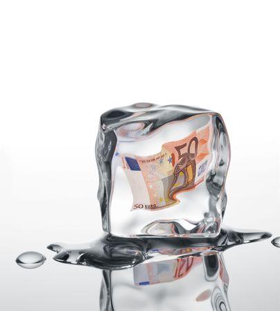financiele crisis: eurobankbiljet bevroren Ice Cube, financiële crisis concept