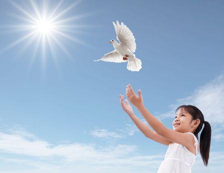 colomba della pace: allegra ragazza rilasciare un colomba bianca