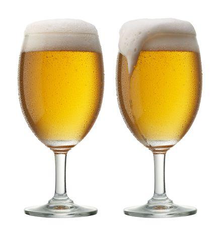 d�bord�: deux verres de bi�re, l'un d'eux est rempli