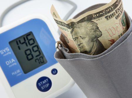 alexander hamilton: ritratto banconota sembra triste, con la misurazione del misuratore della pressione sanguigna, concetto di depressione economica