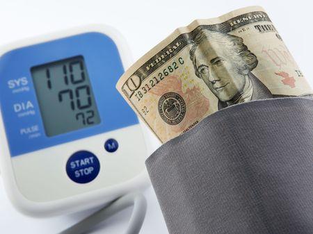 alexander hamilton: ritratto banconota sorride guardando la misurazione del misuratore della pressione arteriosa, concetto di ripresa economica