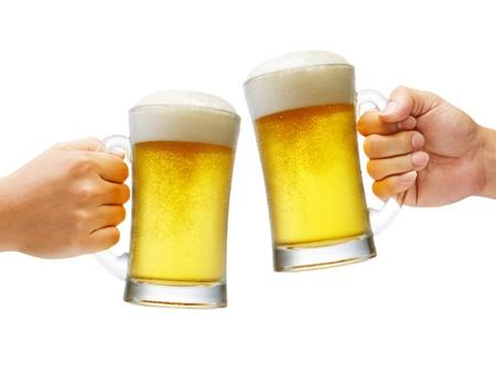 twee handen met bieren maken een toast Stockfoto