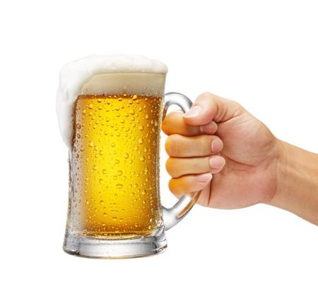 cerveza: jarra de cerveza sobre flujo, disparo de estudio