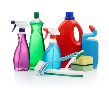 schoonmaakartikelen: verscheidenheid van schoonmaakproducten op witte achtergrond Stockfoto