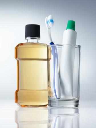 enjuague bucal: tipo de algunos de los productos de higiene dental sobre fondo gris