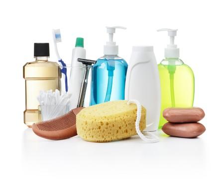 aseo personal: productos de higiene personal surtido sobre fondo blanco  Foto de archivo