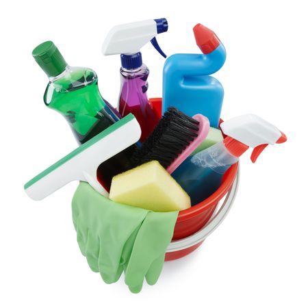 productos de limpieza: variedad de productos en un cubo de limpieza