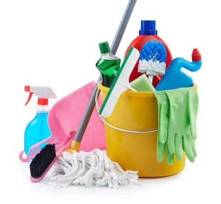 productos de limpieza: Grupo de productos de limpieza surtidos sobre fondo blanco