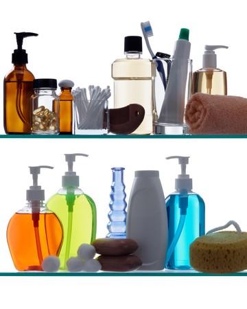 prodotti per l'igiene personale su ripiani in vetro retroilluminato Archivio Fotografico - 7499028