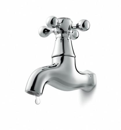 llave de agua: fugas de grifo de agua, aislado en fondo blanco  Foto de archivo