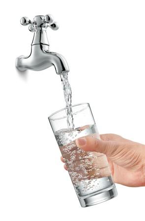 llave de agua: llenar un vaso de agua de grifo  Foto de archivo