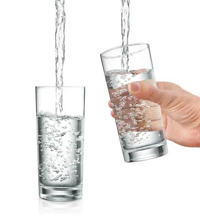acqua vetro: riempimento acqua in vetro, con e senza mano tenendolo  Archivio Fotografico