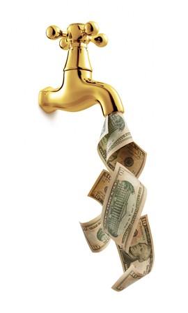 llave de agua: Grifo con dinero que fluye sobre fondo blanco