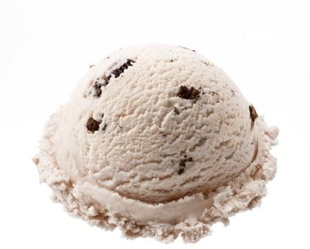 helados: bola de helado de cookies aislado en fondo blanco