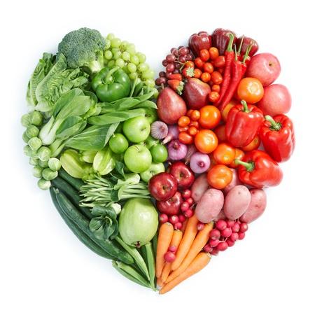 comida sana: forma de corazón por diversas frutas y verduras Foto de archivo