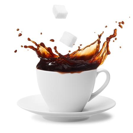 tasse de caf�: cube de sucre �tant tomb� dans le caf� cr�ant splash