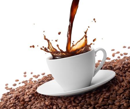 semilla de cafe: taza de café con splash rodeado de granos de café