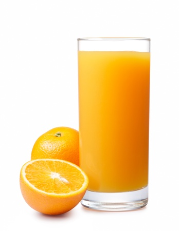 jus orange glazen: jus d'orange met sinaasappelen op wit wordt geïsoleerd