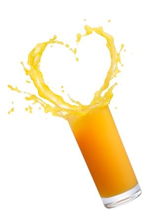 jus orange glazen: jus d'orange met hart vorm splash op wit wordt geïsoleerd