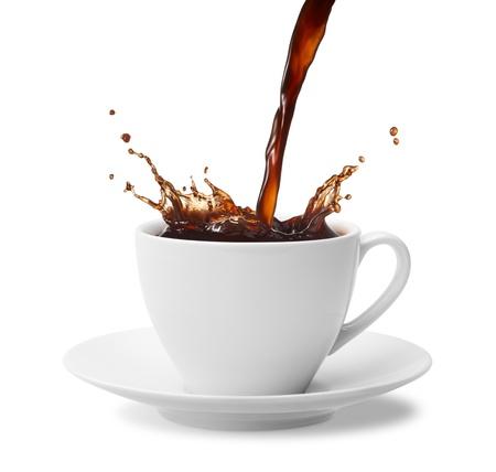 tazas de cafe: verter una taza de café creando splash
