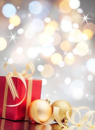 christmas deco: regalo de Navidad y lentejuelas sobre fondo de luces bokeh Foto de archivo