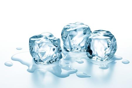 cubetti di ghiaccio: tre cubetti di ghiaccio comincia a fondere sulla superficie bianca Archivio Fotografico