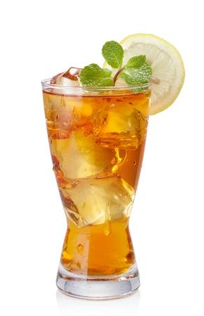 té helado: vaso de té helado aislado en blanco Foto de archivo