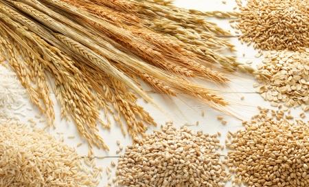 verschillende type van granen en korrels tegen witte hout achtergrond