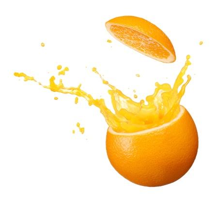Saft spritzt aus Orange isoliert auf weißem Hintergrund