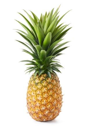 hele ananas met groene bladeren geïsoleerd op wit