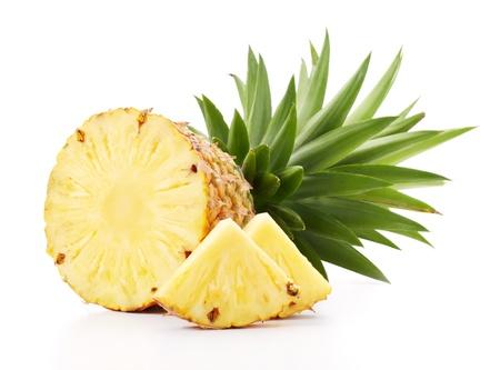gesneden ananas met plakjes geïsoleerd op wit Stockfoto