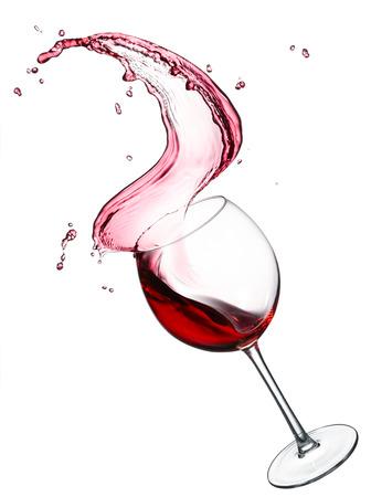 glas spatten rode wijn op een witte