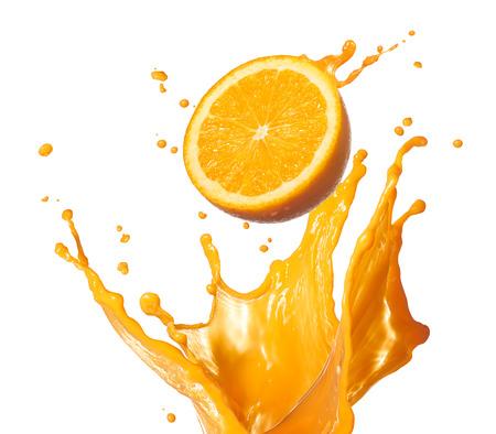 sappen: sinaasappelsap spatten met zijn fruit op wit wordt geïsoleerd Stockfoto