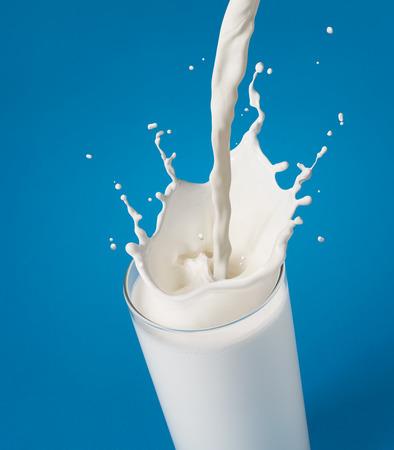 vidrio: verter un vaso de leche que crea el chapoteo