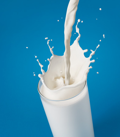 leche: verter un vaso de leche que crea el chapoteo